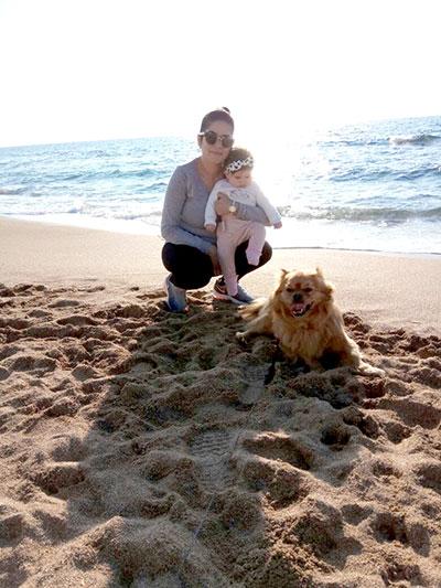 אמא, תינוקת וכלב בים